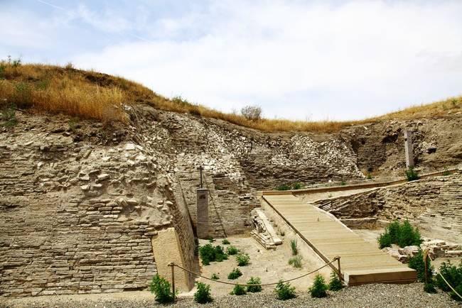 12月20日,内蒙古自治区文物考古研究所对外透露,考古部门近期对元上都遗址西关厢进行发掘时,清理出房址9座、道路一条、灰坑1个,出土了瓷器、陶器、石器等一批罕见文物。元上都遗址位于内蒙古自治区锡林郭勒盟正蓝旗草原,这里曾是世界历史上最大帝国元王朝的首都,忽必烈在此登基建立了元朝。2012年6月29日,在俄罗斯圣彼得堡举办的第36届世界遗产大会正式宣布,中国元上都遗址被列入《世界遗产名录》。   公开资料显示,元上都遗址完整保存了13-14世纪元上都城的整体格局、墓葬群等4大人工遗存要素。   内蒙古