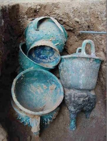 中新网记者透露,备受关注的西周早期高等级贵族墓葬目前共出土铜鼎,铜