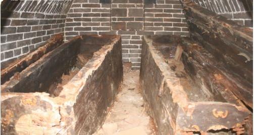 墓室形制为青砖卧砌,白灰焊缝,拱券顶结构,单室墓.墓洞进深3.3米.