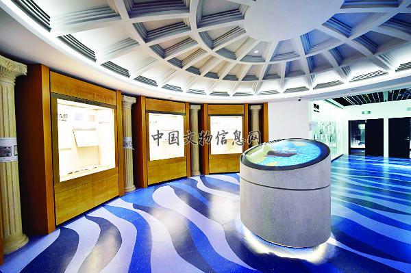 """本展厅以""""海上交流""""为设计主调,中央圆柱型多媒体以传教士为主角,展示"""