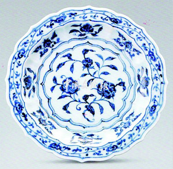 国内藏元青花大都是出土的,其中比较著名的是1964年河北保定和1983年江西高安出土的共25件元青花瓷器。这些瓷器可以说都是国之重器,非常罕见。现在可以见到的绝大部分为明清青花。明清青花瓷,又有官窑、民窑产品之分。据《景德镇陶录》记载,明洪武二年(1369),朝廷在景德镇珠山设瓷窑,称御器厂,派官员监督烧制,被称为官窑。以后历朝均设这样的机构,烧出的成品解京专供皇家使用。官窑产品代表着当时制瓷业的最高水平。特别是永乐一朝(1403-1424),景德镇官窑的制瓷工艺,在前朝的基础上又有许多创新,其着色剂大多